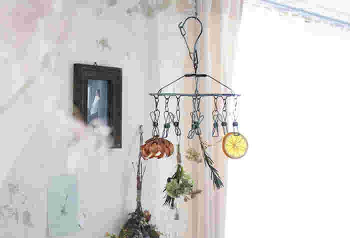 ドライフラワーを綺麗に仕上げるためには、早く乾燥させることもポイント!乾燥するのに時間が掛かるとお花の色が悪くなる場合があるので、直射日光が当たらない風通しのいい場所で、一輪ずつ小分けに吊るしましょう。こんな風にコンパクトな「物干し」を使っても◎