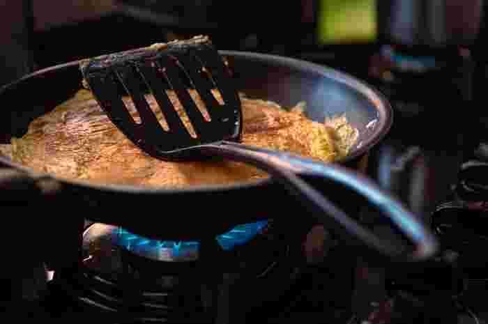 お弁当作りで最も大切なのは「加熱」です。たとえば、とろとろのたまご焼き。確かに美味しいのですが、食中毒の原因となるサルモネラ属菌が繁殖しやすいので、しっかり火を通す必要があります。  また、いつもはそのまま食べられるチーズなどの乳製品、ちくわやハムなどの加工食品(練り物)も、調理段階で菌が付着してしまう恐れがあるので加熱は欠かせません。湯通しする程度でもいいので必ず火を通しましょう。