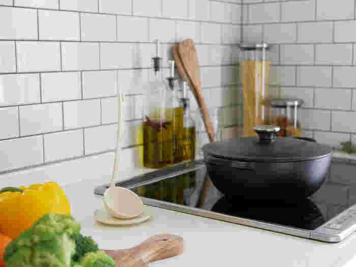 もちろん、普段使いにもおすすめ。ナイロン製なので、鍋やフライパンを傷付ける心配はありません。金物同士が触れ合う音もしませんよ。受け皿は味見皿としても使えます。持ち手には穴が開いているので、キッチンツールは掛ける派の方にもおすすめです。