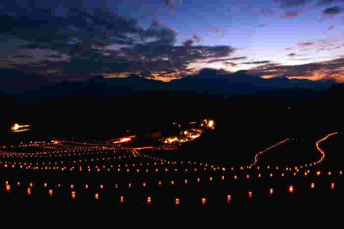 深野のだんだん田では、秋になると棚田祭りが開催されます。棚田をやさしく照らす竹の灯篭が無数に並ぶ様は幻想的で、いつまで眺めていても飽きることはありません。