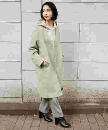 優しい色合いのアイテムを合わせたコーディネート。薄いベージュカラーのパーカーに淡いミントグリーンのコート、ボトムスはグレーの組み合わせは、メンズライクなのにレディライク感もあり、かっこよく決まっています。