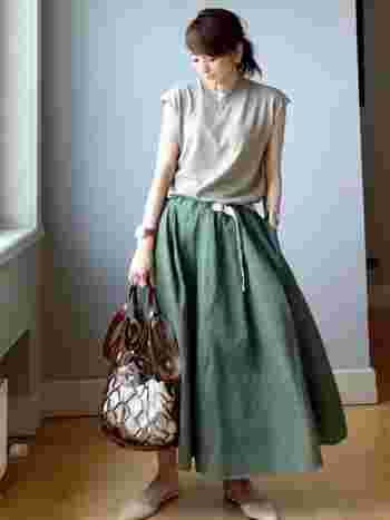 ふんわりとしたシルエットが女性らしいフレアスカートも、カーキを選ぶことで、一気に秋モードに変身。秋を先取りしながらも涼感のあるコーデです。
