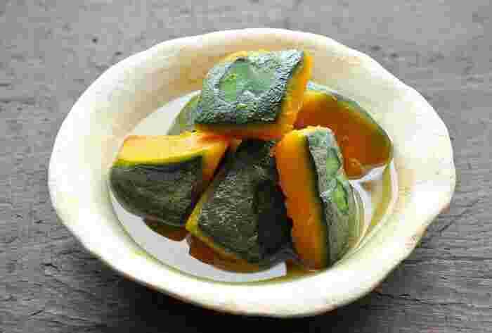 基本の「かぼちゃの煮物」レシピ。かぼちゃは、出汁いらずで煮物の中ではお手軽な調理。こちらのレシピなら面取り(煮崩れしないよう角をそぎ落とすこと)しなくても、きれいなかぼちゃの煮物が作れますよ。