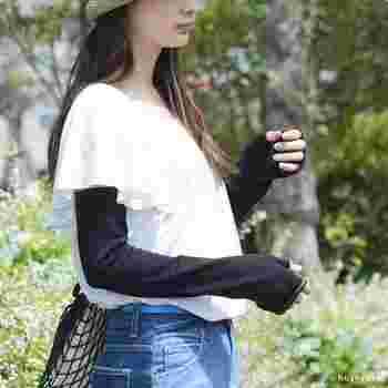 紫外線カット率99.5%のアームカバーは、無地の黒でどんな洋服にも合わせやすいデザイン。吸湿・放湿性に優れたシルク素材を採用し、天然の保湿成分まで備わった機能性アームカバーです。