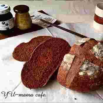 カカオがちょっぴりほろ苦いパン。クープ(割れ目)が上手くできるかがポイントに!
