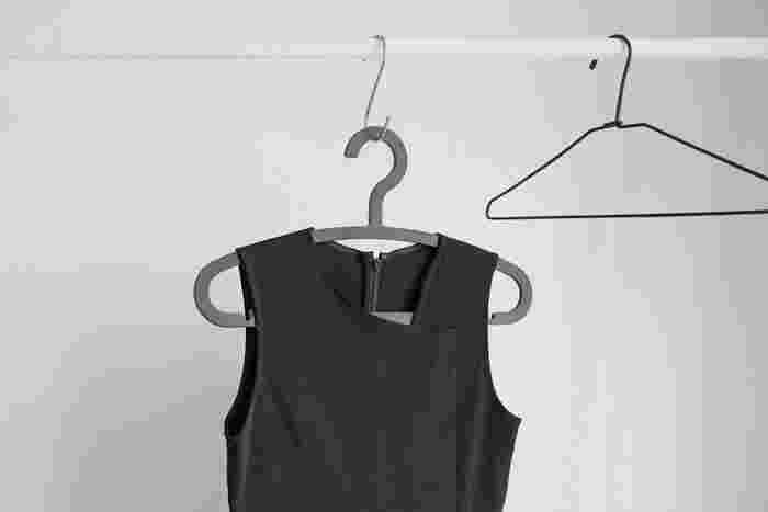 雨の日のお出かけで着た洋服。クリーニングに出すワンピースや羽織もの、もう一度着るものなど、洗濯するまでに少し時間を置くものもあります。そういった洋服はすぐにクローゼットへしまわないで、ハンガーにかけて一晩くらい湿気を乾かしてからしまいましょう。このようにお部屋の中に、しまう前の洋服をちょっとかけておける場所を作っておくのがオススメです。