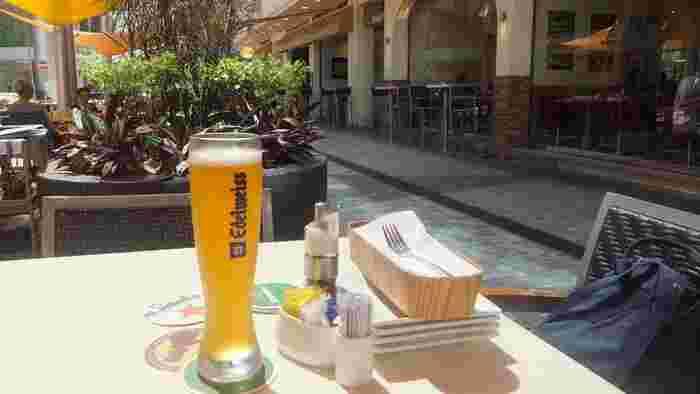 フルーティーでスパイシー、さわやかさが特徴のホワイトビールは女性に人気のジャンルのひとつです。そんなホワイトビールには、クリームを使ったまろやかなグルメやレモンなどを絞ったフルーティーなおつまみが合うことも。  ビールには、ビールの見た目や風味と相性のいいおつまみを合わせるのがコツですよ♪