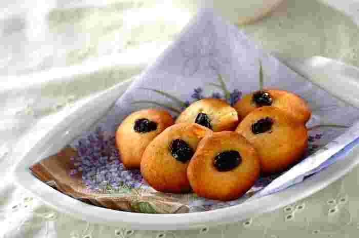 卵白だけが余ってしまったときにぜひ作りたいレーズンクッキー。材料を混ぜてドロップするだけの簡単クッキーです。全卵で作るよりも固めに仕上がるので、薄く作っても形が崩れてしまうことがありません。