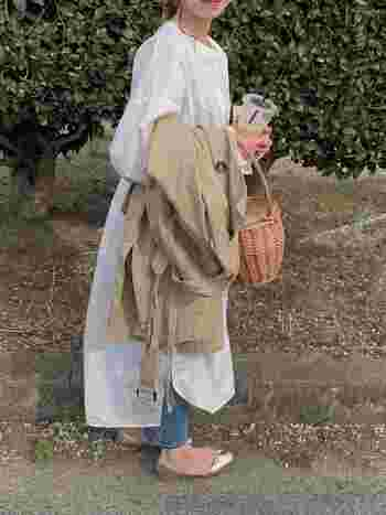 白シャツ&デニムはジェーン・バーキンの定番コーデ。白のワンピースも捻りがあって素敵です。トレンチコートもジェーン・バーキンの愛用アイテムのひとつで、こんな風に抱えている写真も残っています。