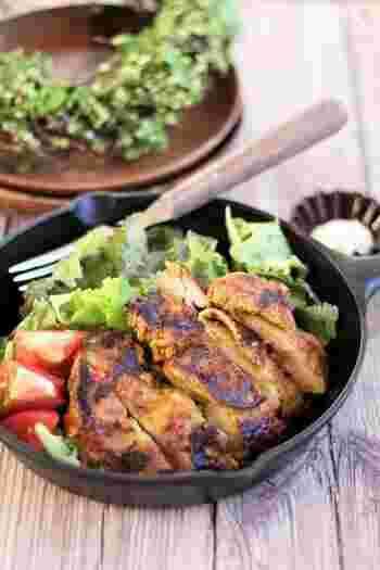 ジップロックに鶏もも肉と調味料を一晩漬け込んで、焼くだけの簡単レシピ。オーブンがなくても、本格的なタンドリーチキンが完成♪夕食の一品としてはもちろん、お弁当のおかずとしてもおすすめです。