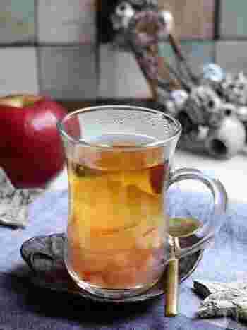 台湾のお茶で紅茶に似た風味を持つ東方美人をベースに、冬の果実リンゴと砂糖で煮詰めて、ほんのりと甘ずっぱいドリンクに。ほのかに漂うリンゴの香りも気分をリフレッシュさせてくれます。
