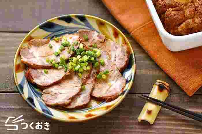 チャーシューは、日持ちもするので週末に作って冷蔵庫にストックしておくのもおすすめ。細切りにして中華サラダにしたり、ご飯にのせればチャーシュー丼にもなるので、忙しい日に重宝します。