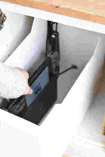 ニトリのA4ファイルケースも便利です。こちらのお宅ではゲーム機の収納に使われていますが、同じようにWi-Fiルーターも収納できそうですね。穴を利用して配線を通す一工夫が素晴らしい!