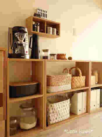 """無印良品の「スタッキングシェルフ」と""""壁に付けられる家具""""の「壁掛けボックス」をあわせ使いした収納スペース。 こんな風にボックス収納はキッチンでも活躍します。  なによりボックスの上を棚やテーブルのように使えるので便利。"""