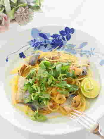 カリカリに焼いたニンニクと秋刀魚がパスタに良く合います。すだちで和のエッセンスを添えて。