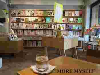 新刊をはじめ多くの書籍が並んでいます。買ったばかりの本を片手に、店内のカフェで一息つくのもおすすめです。