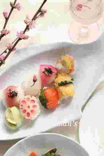 ころんと丸い手まり寿司は、お祝いの席に上品な華やかさを添えてくれます。子供でも食べやすいので、家族みんなで集まるときにぴったりです。