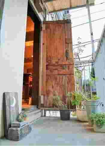 京都のコーヒー専門店「エレファント ファクトリー コーヒー」の姉妹店として、2011年、なかみち街にオープン。店は、急な階段を登った2階に。※喫煙OK。