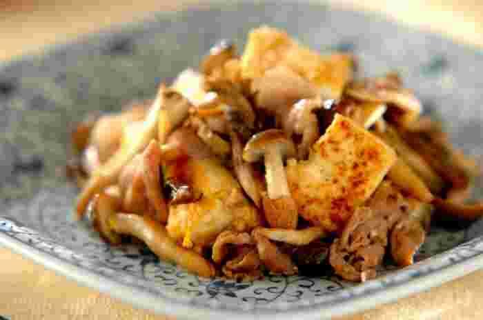 たっぷりのキノコで作る、ヘルシーでボリュームもしっかりある「キノコと豆腐のチャンプルー」。ニンニクの香りが食欲をそそり、つい食べ過ぎてしまいそう。
