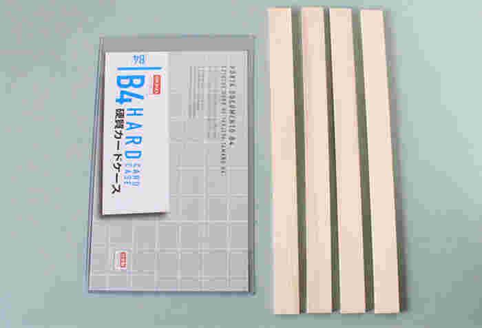 用意するものはこちら。ダイソーの大き目のカードケースと、セリアの木板が4本。