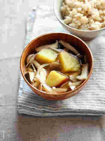風邪が流行る寒い季節は、免疫力UPに効果があるとされているきのこのお味噌汁はいかがでしょう! さつまいものほくほく感も美味しく、たっぷりのきのこの旨味がダシの代わりに!さつまいもの甘さと柚子胡椒のピリッと感が引き締めます。