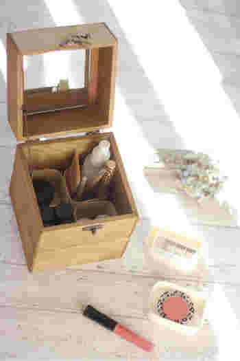 セリアの「木箱」を3個と「鏡」を組み合わせれば、深さのあるメイクボックスも作れます。ボンドと蝶番で組み合わせるので、ノコギリも電動ドライバーも必要ない簡単DIY。セリアの「仕切りボックス」を入れたらさらに使い勝手も◎