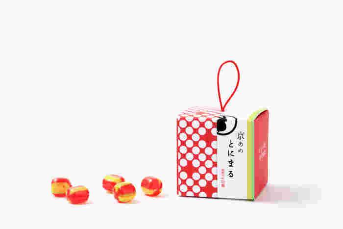 """京都に行った際はいくつかまとめ買いして、ちょっと手土産用にストックしたくなってしまうそんな飴。紐部分をゆらゆらさせて「これお土産だよ」と差し出したくなりますよね。  こちらは、""""京あめ とにまる""""の「いろむすび」という商品。中には、たくさんの種類の飴ががずらり。「""""イロ""""の持つ""""チカラ""""と想いを京あめに込めました」というキャッチフレーズどおり、一つ一つに色の説明やメッセージが。京の伝統色を味わう、そんな素敵な飴は宇治の職人さんが手作りしているそう。  可愛い見た目も素敵ですが、そのリーズナブルなお値段と賞味期限が365日というのも嬉しいポイントです。"""