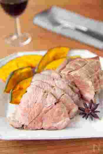 豪華なローストポークも下味冷凍で作れます。パーティーなどのおもてなしメニューに活用すると、時短で用意できるので便利。焼きあがったお肉をアルミホイルに包んで休ませることで、肉汁が出るのを防ぎます。
