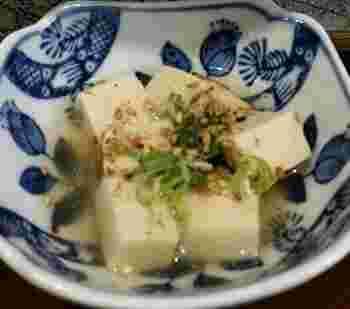また、豆腐を凍らせ乾燥させる過程でアミノ酸の量も倍増! なんと20種類のアミノ酸が含まれているそうです。 脂肪燃焼効果があるアミノ酸が抜群に多い凍り豆腐は、まさに究極のダイエットフードと言っても過言ではありません。