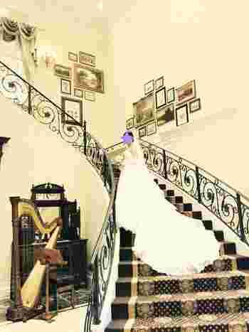 大きなチャペルや大階段に映えるのは、やっぱり長いヴェールやトレーンですよね。正統派でクラシカルな花嫁を目指すなら、ドレスのボリュームに負けないブーケを選ぶことも大切です。