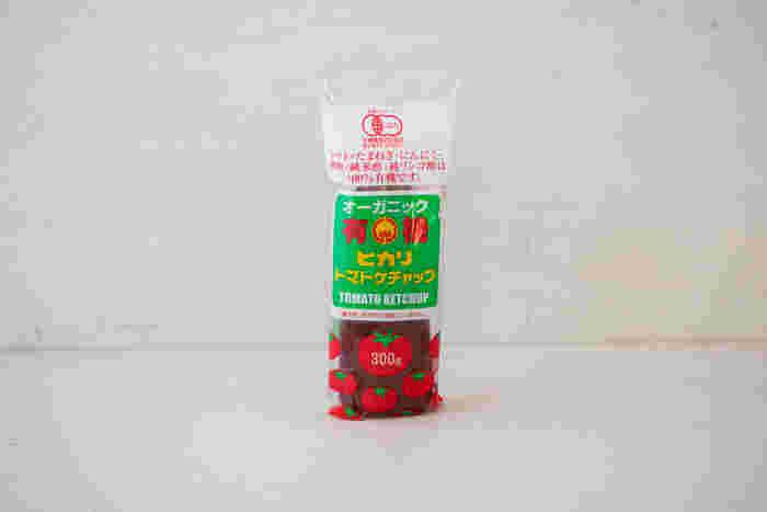 """環境にも人にも優しい、安全な食品を世に送り出している「光食品」の""""有機トマトケチャップ""""。野菜くずや、排水処理時の汚泥を堆肥化し、その肥料を使って有機栽培しています。 トマト本来が持つ、自然な甘みを生かし、保存料や着色料、化学調味料も無添加。使用している材料にもとことんこだわっています。"""