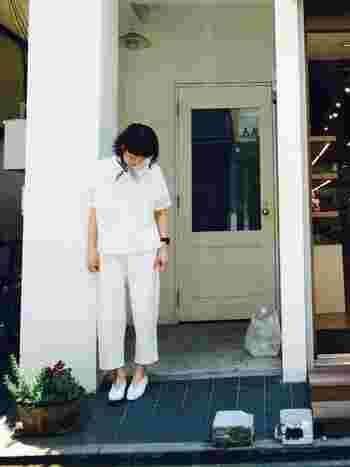 シャツ、パンツ、靴…全てを白でまとめたシンプルなオールホワイトコーデ。首元にバンダナを巻いて、さり気なく可愛らしいポイントを作っています。