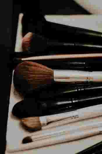 ブラシ類やスポンジなどの化粧道具はいつもきれいに洗い、清潔に保つようにしましょう。きれいな道具を使うと、お化粧も丁寧にしたくなります。