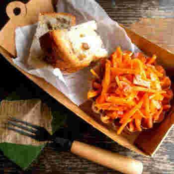 こちらの「にんじんとカリカリベーコンのカフェ風サラダ」は、レンジで時短調理できる簡単レシピ。(ただしカリカリベーコンだけは、フライパンで焼いてつくります)  ベーコン特有の旨みを塩けが、ニンジンのクセを見事に打ち消して、食べやすいサラダに仕上げてくれますよ。