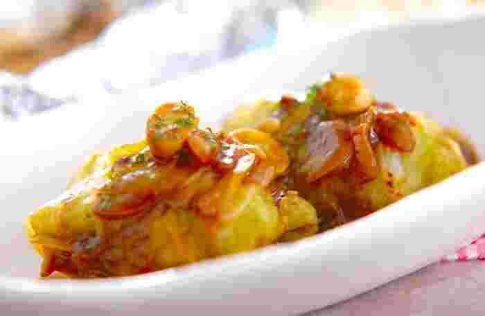 きのこのホイル焼きを副菜にした献立の一例をご紹介します。  【主菜】ロールキャベツ 【主食】ジャガバターライス 【副菜】キノコのホイル焼き 【デザート】きな粉豆ヨーグルト  さっぱりしたキノコのホイル焼きに、カレー風味のロールキャベツを主菜として合わせています。ジャガバターライスはお米とじゃがいもを炊飯器で一緒に炊き、バターと塩で味付けするだけの簡単レシピなのでぜひ試してみて♪