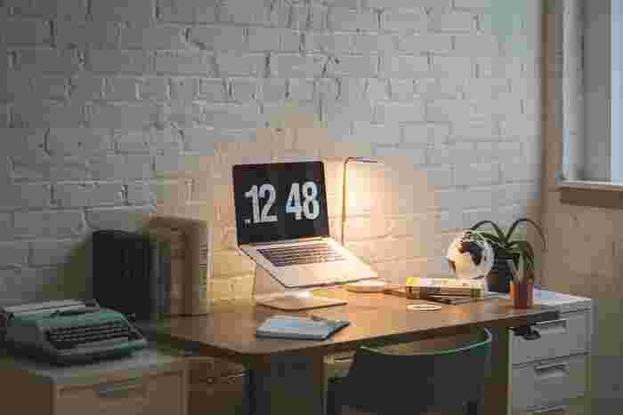 手元を照らす実用的な役割はもちろん、書斎で使う照明はインテリアとしても存在感を発揮します。書斎の雰囲気に合うデザインであることと、作業しやすい明るさであることの両方を考慮して、お気に入りのアイテムを選んでみましょう。