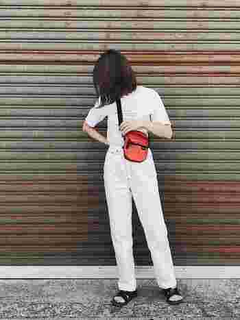 白+白コーデのポイントにオレンジ色のボディバッグを斜め掛けにしています。全体のコンパクトなシルエットが素敵です。