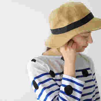 ラフィアライクに仕上げた丈夫なポリエステル素材使用で、お手入れもラクラク、清涼感ある風合いが涼しげです。天然の麦わら帽子はお手入れが大変、と感じる方におすすめ。シワになりにくいので折り畳めばかさばらず、旅行やお出かけにも大活躍します。