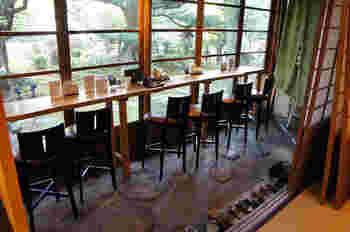 金沢でゆっくりとひとりご飯を楽しむなら、金沢九谷ミュージアムの中にある「おいしいいっぷく鏑木」がおすすめ。長町武家屋敷らしい風情ある和風建築が特徴で、日本庭園を望むカウンターは、しっとり落ち着いた雰囲気です。