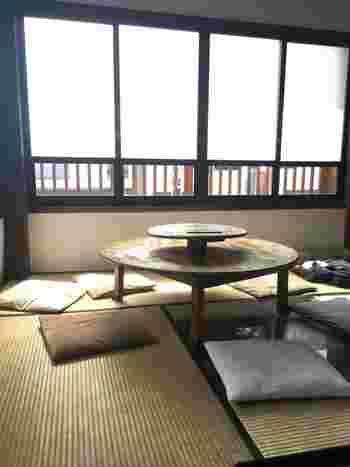 大正5年に建てられたというこちらのお店、店内もとってもレトロな雰囲気。1Fは昔ながらの喫茶店といった趣のあるテーブル席、2Fはまったりできる座敷になっています。