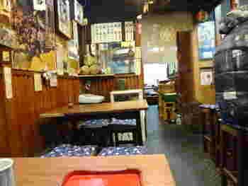 店内は、テーブルとカウンターの12席のみだけなので、平日でも行列ができることも多いんです。並んでも食べたいと、遠方から連日多くの人々が訪れています。