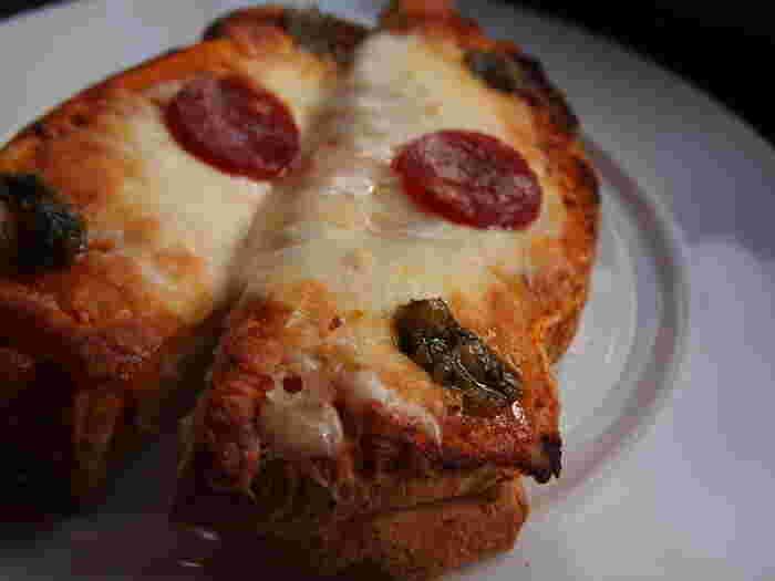 ピザトーストとミニケーキの軽食メニューもあります。ハンドドリップで入れてもらえる極上のコーヒーはもちろん、チーズたっぷりのピザトーストもはずせません。