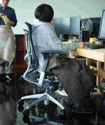 軽いアウターとして使うほか、室内ではひざ掛けとして使っても丁度いい。大きすぎない適度なサイズ感になっています。