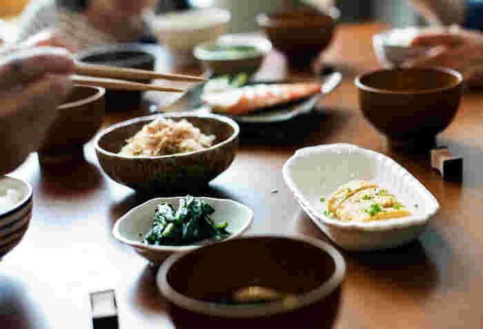 色が薄いので、素材の色を活かして調理できるのが大きな特徴。だし巻き卵、うどん、煮物、茶碗蒸しなどに、適度な塩分とだしのうま味を加えてくれます。さまざまな調味料メーカーから白だしが続々と販売されたこともあり、ここ数年、主婦たちの間でじわじわと人気が広がっています。手軽に本格的な味が出せる白だしを使って、いろいろなお料理に挑戦してみませんか?