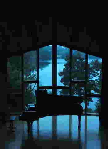 今回は数多くあるピアノ楽曲の中から、ナチュラルな空間や自然の風景とほどよく調和する、シンプルで心地よいピアノ音楽の数々をピアニストや作曲家別にご紹介していきます。