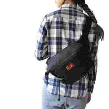 ウエストバッグには男女関係なく使える、シンプルなユニセックスデザインのものが多いです。なので、お揃いアイテムとしても人気が高いグッズとなっています。もちろんカップルや夫婦で、共用として使用するのも◎  今回はそんなウエストバッグのおすすめと、付け方別のおしゃれなコーディネートをご紹介します♪