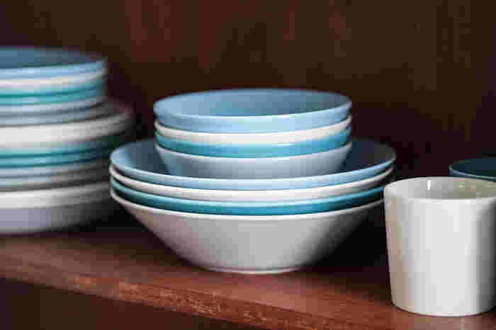 スタッキングすれば、食器棚もすっきり。カラーも豊富で、プレートやマグなど、シリーズで揃えるのもおすすめです。