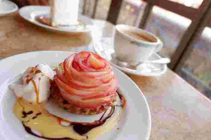 期間限定の「りんごのチーズケーキ」は、薔薇の花ようなフォトジェニックな見た目からSNSでも話題になるほど。もちろん味も本格的で、甘酸っぱいりんごとチーズのコク、プレートのクリームのバランスが最高です。