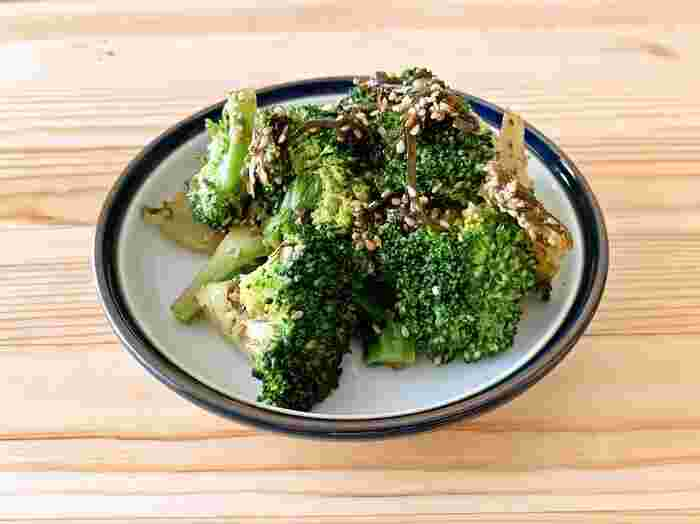 ブロッコリーは短時間でサッと火を通して、食感を損なわないようにすると◎ 塩昆布の旨みと塩味が、ブロッコリーの甘さを引き立てる最高の組み合わせです。いりごまを最後に入れることで、香りもよくなります。  ブロッコリーにはビタミンCや葉酸を多く含む、栄養面でも優れた野菜だといわれています。ささっと作れるレシピを覚えておくと、あと一品!というときに便利です。