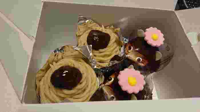同じく青森市内にある「えりーぜ」。しっとりとした口当たりの良いスポンジケーキをベースとした、たぬきケーキの「ポコタン」は、頭に可愛い花がのっているのがポイント。詰め合わせにして手土産にするのも◎。開けた瞬間に可愛い花と愛らしいたぬきの表情に、テンションがあがりそう。